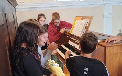 Pouk glasbene umetnosti 6. razreda in praktični prikaz različnih instrumentov